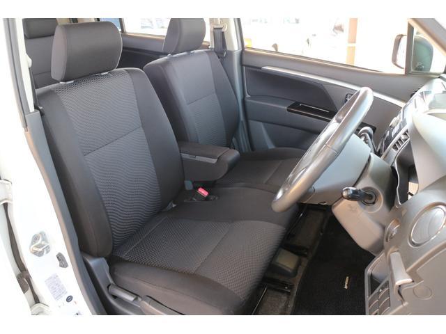 フロントシートは適度なホールド感があり、しっかりと身体をサポートしてくれます。