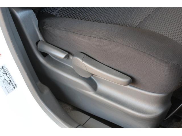 ドライバーの体格や好みに合わせて、シートの高さを調節できるシートリフターが装備されております