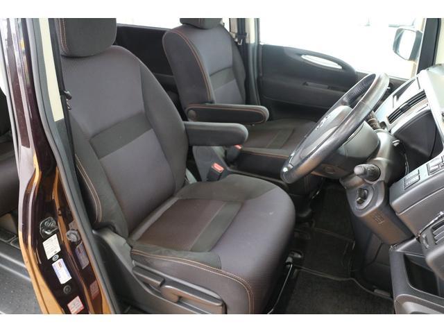 フロントシートは座り心地が良く適度なホールド感があり、しっかりと身体をサポートしてくれます。