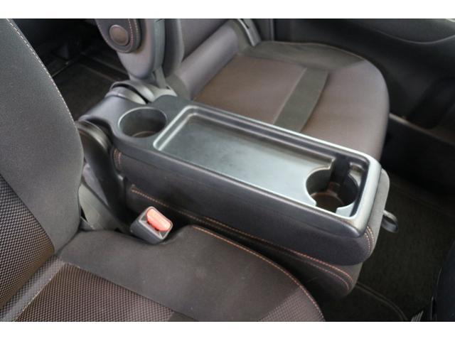 セカンドシートを運転席までずらせばベンチシートやコンソールトレイとしてお使いいただけます♪