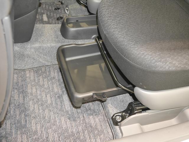 助手席下にはシートアンダートレイがついてます