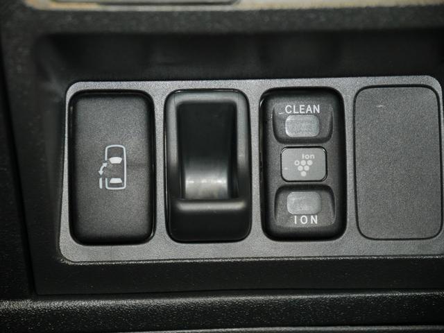 狭い場所でも乗り降りしやすい助手席側パワースライドドアスイッチ、車内の雑菌をイオンで除去でき、快適な空間をつくりあげるプラズマクラスタースイッチ