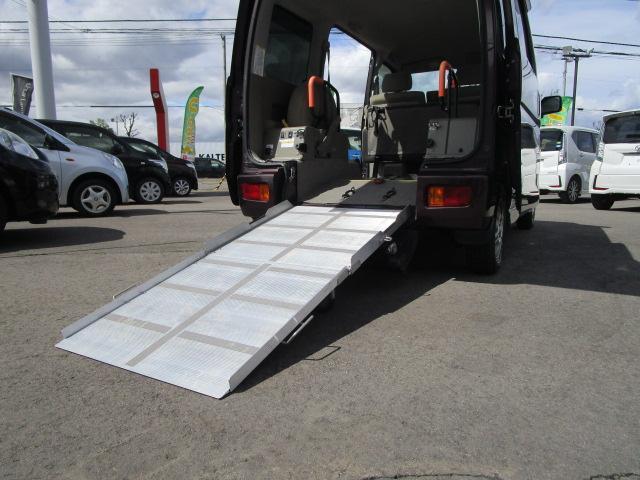 スローパーリヤシート付仕様 4WD 車椅子送迎車 両側スライドドア オートエアコン CDチューナー キーレスエントリー エンジンスターター アルミホイール(18枚目)