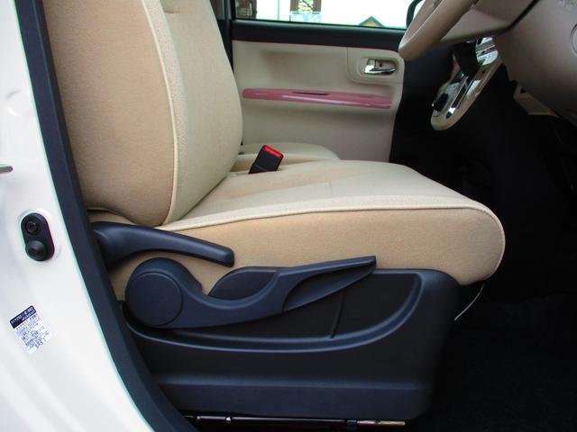 運転席は座面の高さを上下に調節できるハイトアジャスターがついています。