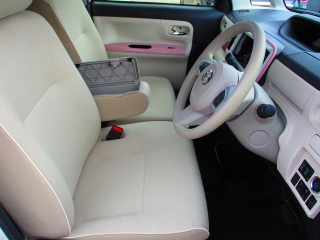 運転席にはアームレストがあります。フタつきの小物入れになっています。