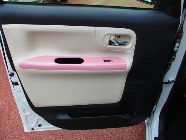 前席のドアにはペットボトルを入れられるポケットがあります。
