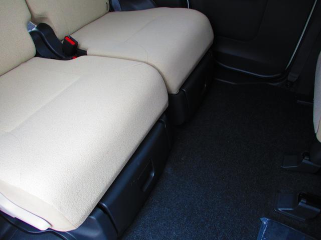 後席の座面の下には、通称「置きラクボックス」があります。
