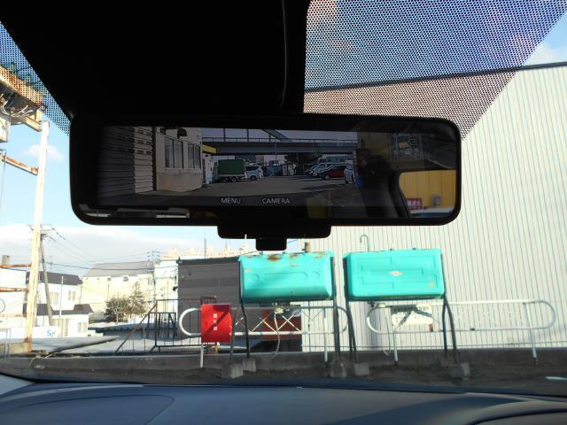 スマートルームミラー搭載!! 後方の状況をクリアな画像で確認でき、通常のルームミラーに切り替えて後席の様子を確認することもできます。