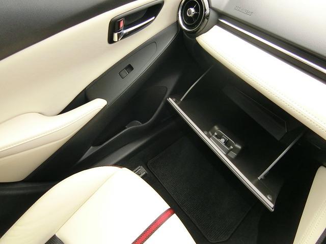 助手席の前には十分な収納力があるグローブボックスがありますよ♪
