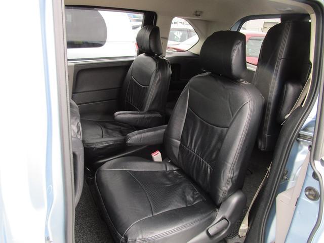アームレスト付きセカンドシート!レザー調ブラックシートカバー付けました。