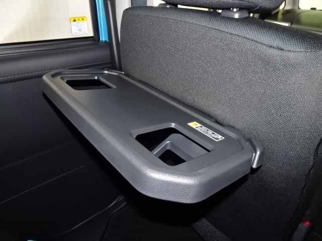 フロントシートの後ろに折りたたみ式のテーブルが付いているので飲み物や食べ物などを気軽におく事ができ、車内での休憩も快適です♪