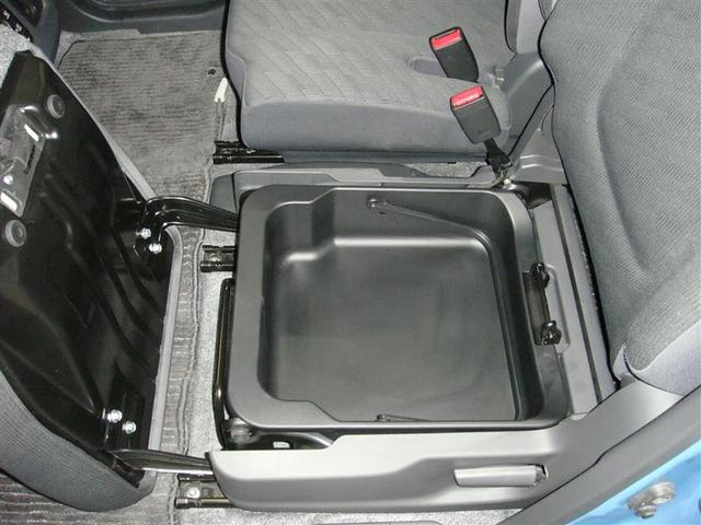 助手席シートの下にも収納があります。大変便利です!