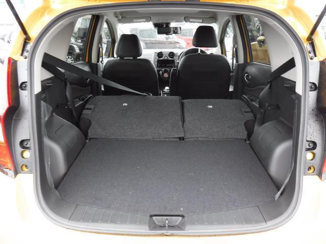 後席シートを倒すと更に広く使用することができます
