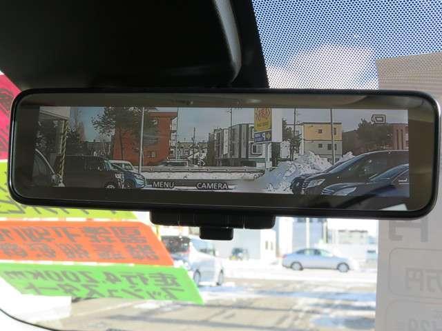 【スマートルームミラー】後方のカメラ画像が映し出されるので、乗員や荷物でさえぎられがちな後方視界をクリアに保ちます♪上から見下ろすようなアラウンドビューモニターも映ります