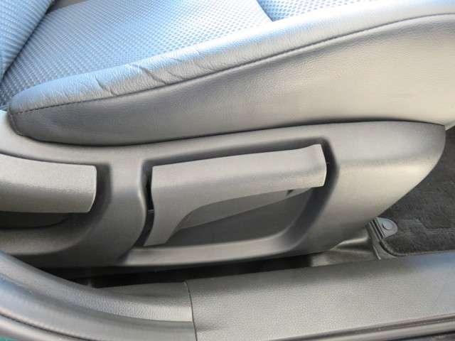 運転席は上下調節可能なリフター機能内蔵♪
