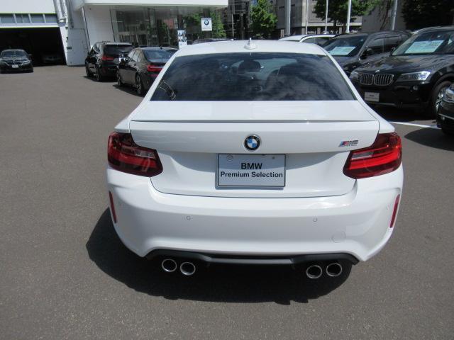 100項目点検と整備は、ドイツ本社と同様の教育・訓練を受けた専門メカニックが100項目にも及ぶ箇所を徹底的に厳しくチェック。交換基準に達した部品があれば、BMW純正部品だけを使用します。