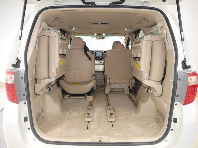 レバーひとつで簡単に跳ね上がるサードシートが便利!充分な広さのラゲッジルームで使い勝手もいいですよ♪半ドア防止のイージークローザー付き