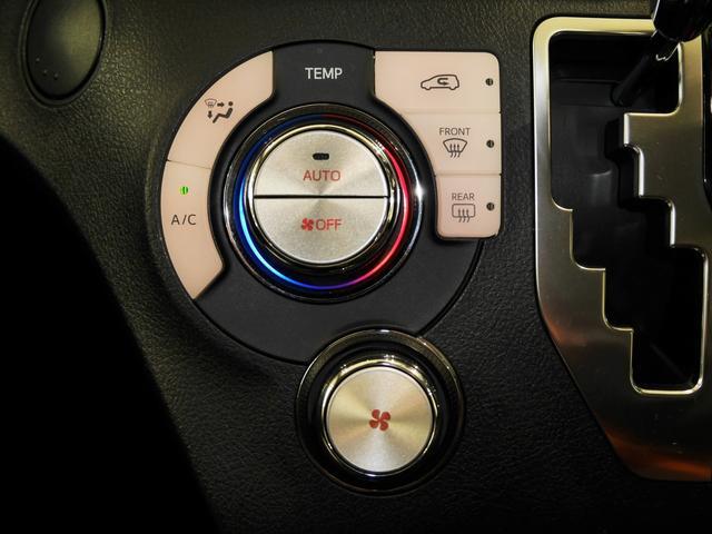 設定温度に合わせて吹き出し口と風量を自動で調整できるイルミネーション付きオートエアコンがついてます
