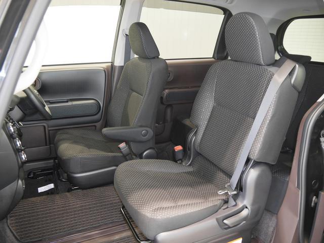 助手席は後ろに大きくスライドするので、足元ゆったりラクラク〜♪運転席にはアームレストが付いてます