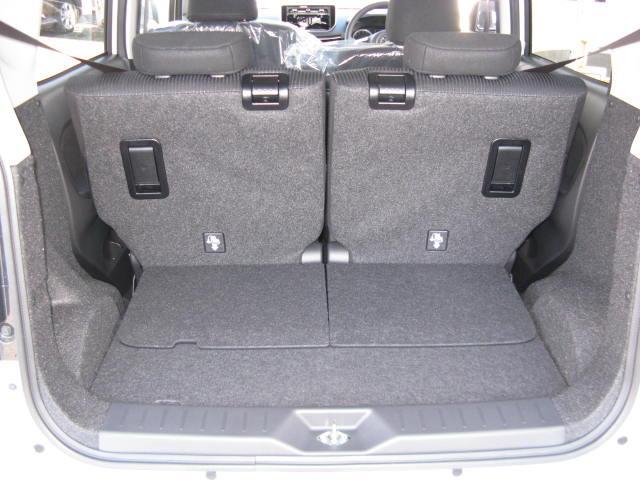 荷室です。後席の背もたれを倒すことで、荷室を広くできます。お買い物の荷物が増えても安心です。