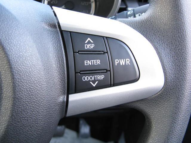 エンジンのモードを手元で切り替えることができるPWRスイッチと、マルチインフォメーションディスプレイ操作用のボタンはステアリング右側についています。