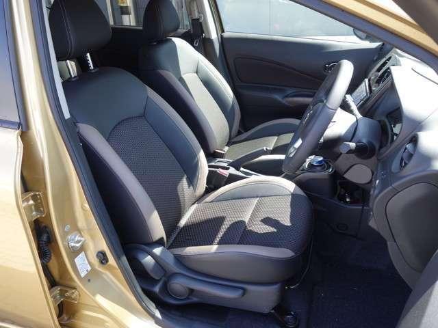 運転席と助手席の様子 運転席にはシートリフターが付いており身長に関係なくポジションをとることが出来ます♪