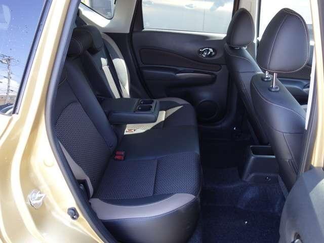 後部座席の様子 長時間ドライブでも退屈しないシートです!