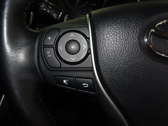 【ステアリングスイッチ】ナビを直接触らなくても、手元でオーディオの音量調整やソース切り替えができるスイッチです!運転中でも簡単に操作できるのでとても便利ですね♪