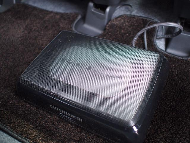 アクティブウーハーがついています。重低音専用のスピーカーで、音楽の臨場感が高まります。