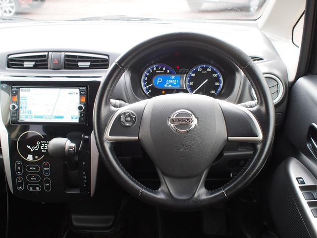 運転席まわりはスイッチやレバー類が使いやすく配置されています。