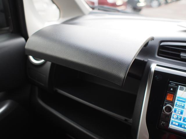 助手席前の小物入れはフタ付きで便利に使えます。