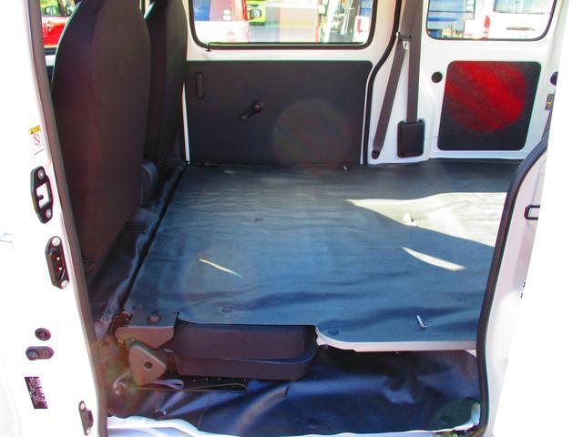 後席は折りたたんで荷室を広くできます。