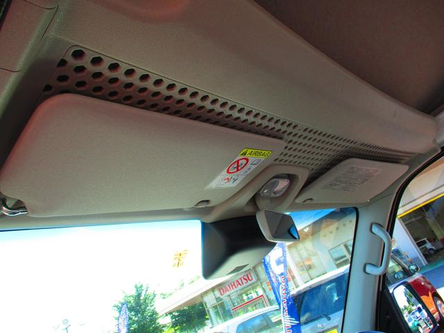 前席の上には棚があります。