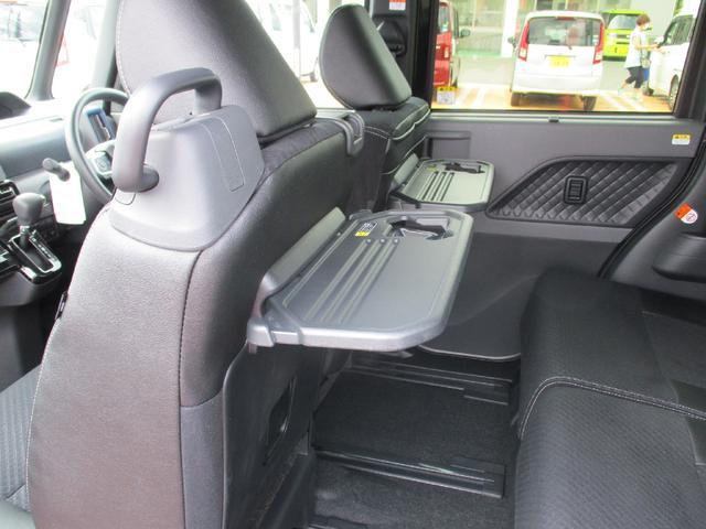 シートバックテーブルが装備されています。車内での軽食の時などに便利です。使わない時は折りたためます。