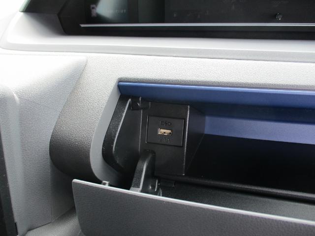 ハンドルの前にはフタつきの小物入れがあります。内部にはスマートフォン等を充電できるUSB電源があります。