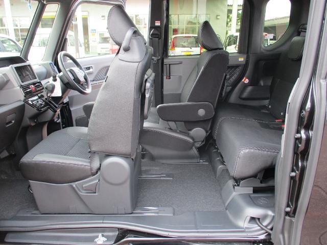 運転席と助手席はロングスライドシート。左スライドドアから乗り込んで運転席に座ることもできます。