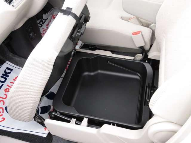 助手席のシートアンダーボックスはスズキならではの便利装備!取っ手付きで持ち運べます