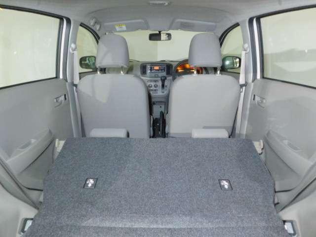 リヤシートを倒すと広々スペースです。