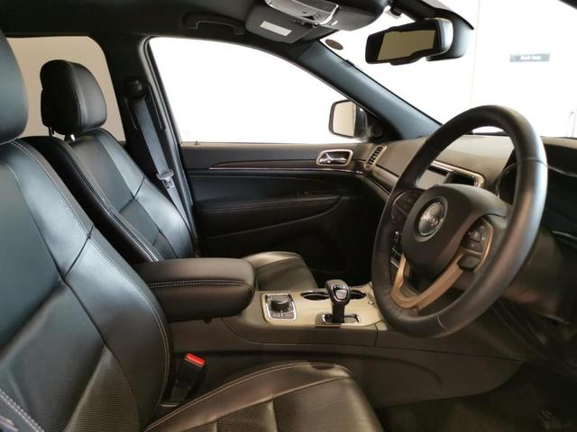 Jeepの特徴でもあるセブンスロットグリル。