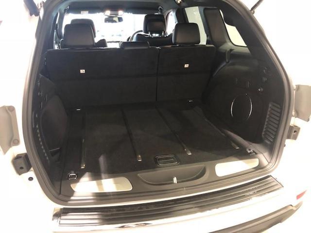 リアシートの足元にはエアコンとシートヒーターのスイッチがあります。