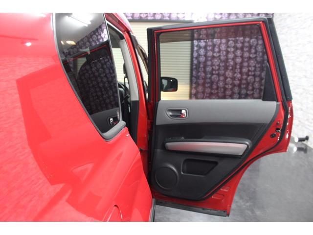 後部座席はプライバシーガラスになっており、外からは見えにくくなっています。