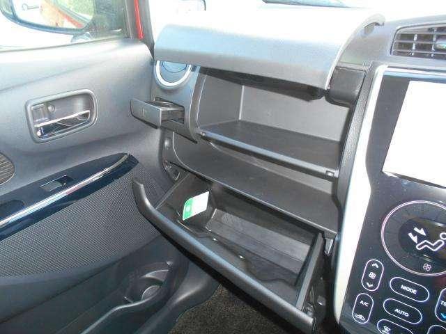 2段式のグローブボックス  収納式のカップホルダーは運転席側にもございます。