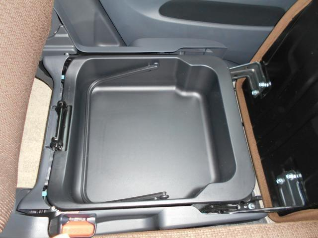 助手席シート下には大きな収納部を装備。