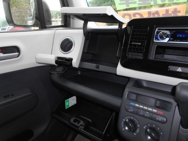 2段式のグローブボックス! 収納式のカップホルダーは運転席側にもございます。