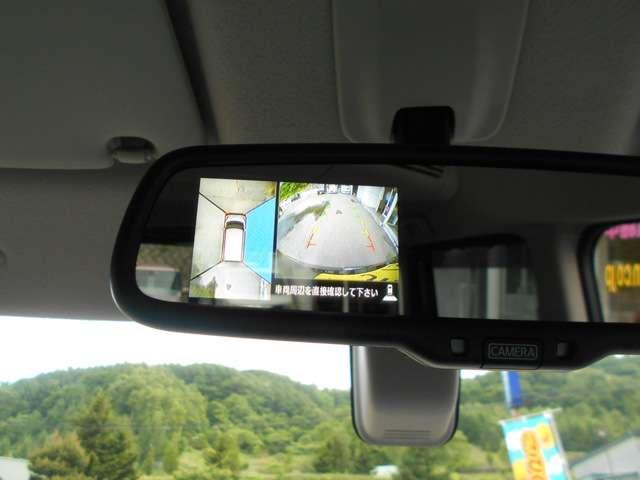 上から見下ろす感覚で駐車出来る「アラウンドビューモニター」を装備。画像はルームミラーに映ります。