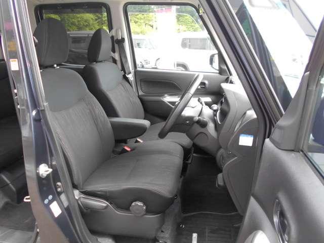 運転席&助手席 運転席にはシートリフター(高さ調整機能)付きなので身長に関係なく運転しやすいポジションがとれます。 中央部にアームレスト(肘掛)を装備。運転席にはシートヒーター付き!