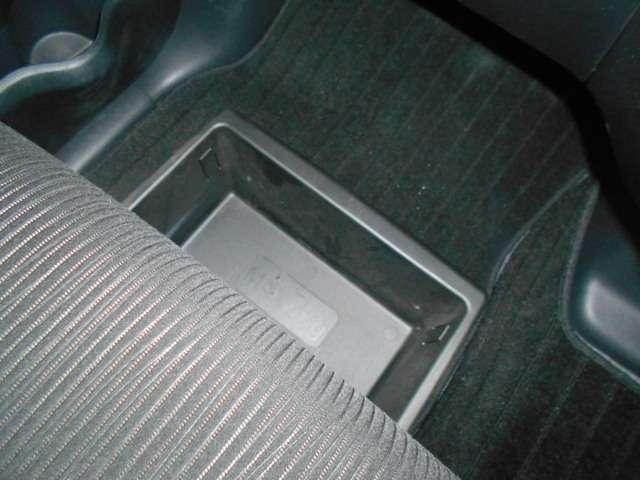 助手席シート下には前後から引き出せるアンダーボックスを装備。