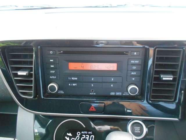 オーディオは純正のCD/ラジオを装備。純正品なのでスイッチも大きく使いやすいです。