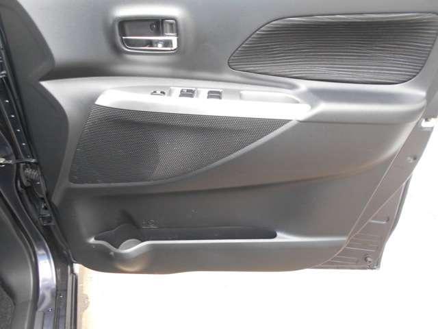 前ドアには便利なドアポケットを装備。