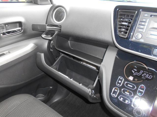 グローブボックスには車検証入れ等を入れられます。収納式のカップホルダーは運転席側にもございます。